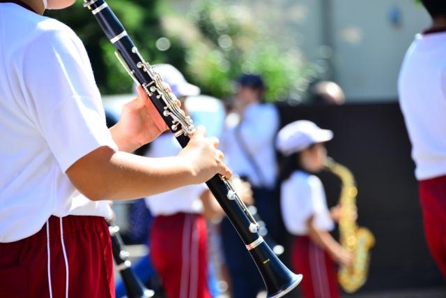 楽器を吹く子ども