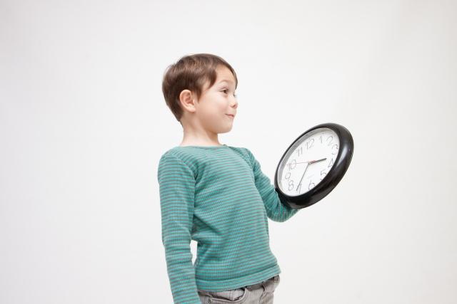 時計を見る子ども