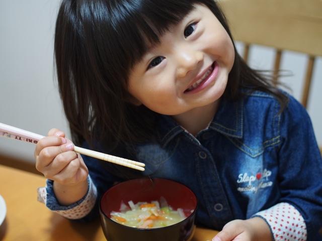 味噌汁を食べる子ども