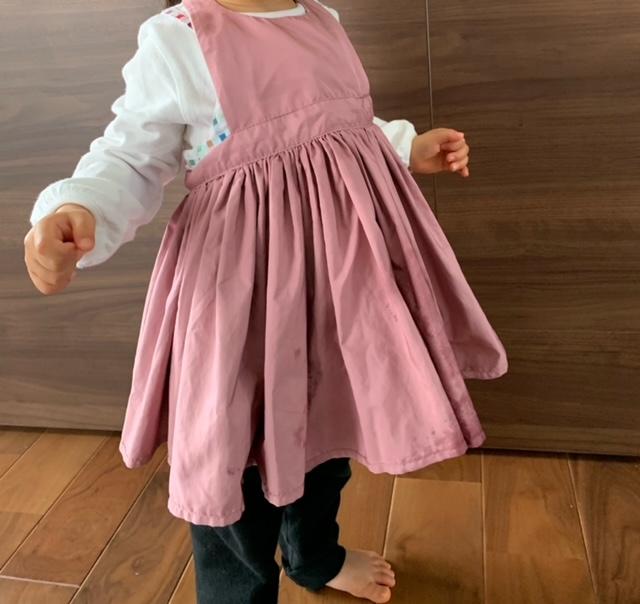 マールマールのエプロンを2歳の女の子が実際に着用している写真